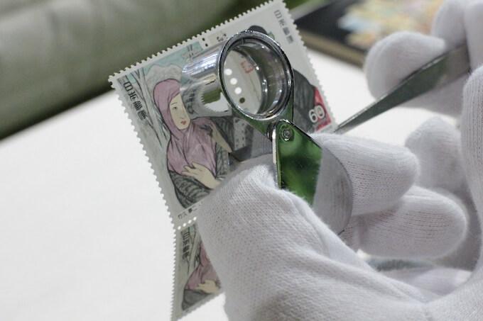 切手査定の様子